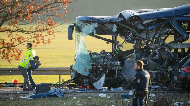 Frontalzusammenstoß von Schulbussen – Mindestens 40 Verletzte