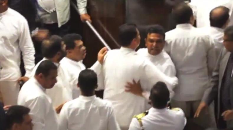 Sri Lanka: Politiker liefern sich wilde Massenschlägerei in Parlament inmitten politischer Krise