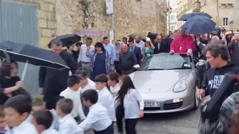 Kinder ziehen Priester im Porsche durch Maltas Straßen – Behörden sprechen von Tradition