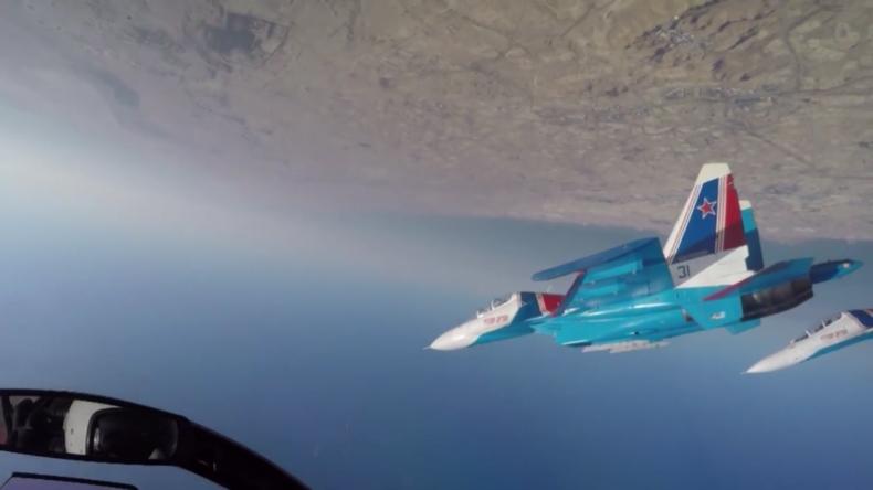 Das Russian-Knights-Kunstflugteam zeigt atemberaubende Stunts in Bahrain