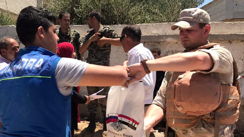 Russlands Militär spendet Rollstühle und Lebensmittel für Behinderte in Damaskus