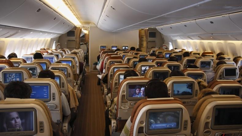 Massives Problem: Passagier verklagt Fluglinie, da dicker Sitznachbar ihn verletzte