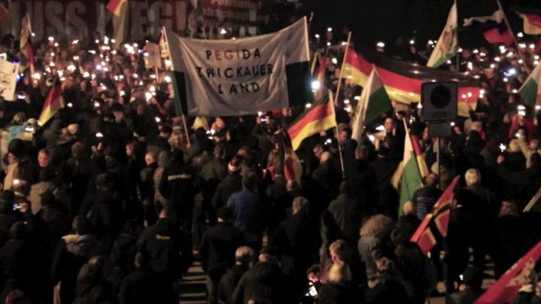 """Chemnitz: """"Merkel kommt zu spät"""" - """"Hau ab""""-Chor und Lieder gegen Besuch der Bundeskanzlerin"""