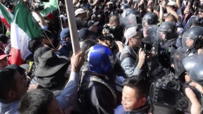 Tijuana: Protest gegen Karawanen eskaliert - Protestler versuchen, Polizeikette zu durchbrechen