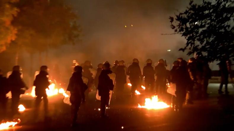 Griechenland: Radikale Anarchisten attackieren Polizisten mit zahlreichen Molotow-Cocktails