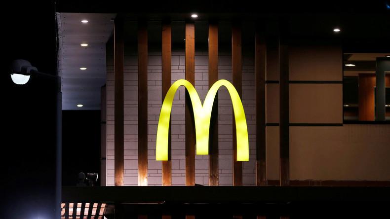 McDonalds-Personal will schwarze Teenager verjagen – obwohl Mann mit Waffe draußen auf sie wartet