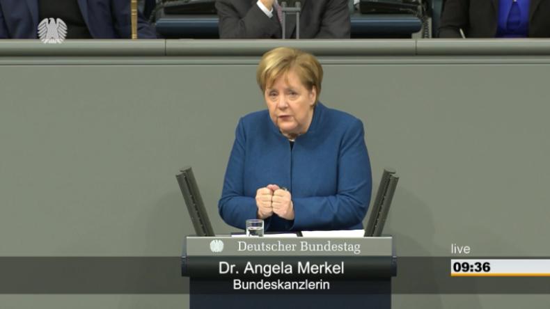 """Zwischen Applaus und Gelächter: Merkel verteidigt globalen Migrationspakt als """"kompromisslos"""""""