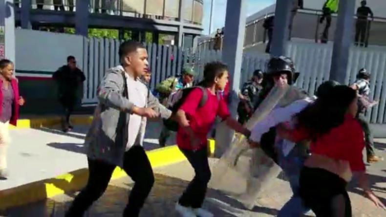 Hunderte Migranten versuchen, gewaltsam in USA einzudringen – Grenzbeamte reagieren mit Tränengas