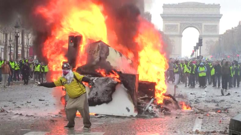 """Paris versinkt im puren Chaos: """"Gelbwesten"""" bringen Wut der Bürger auf die Straßen"""
