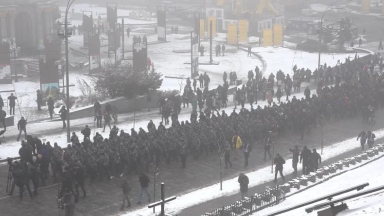 Nach Eskalation an Straße von Kertsch: Hunderte Nationalisten marschieren in Camouflage in Kiew auf