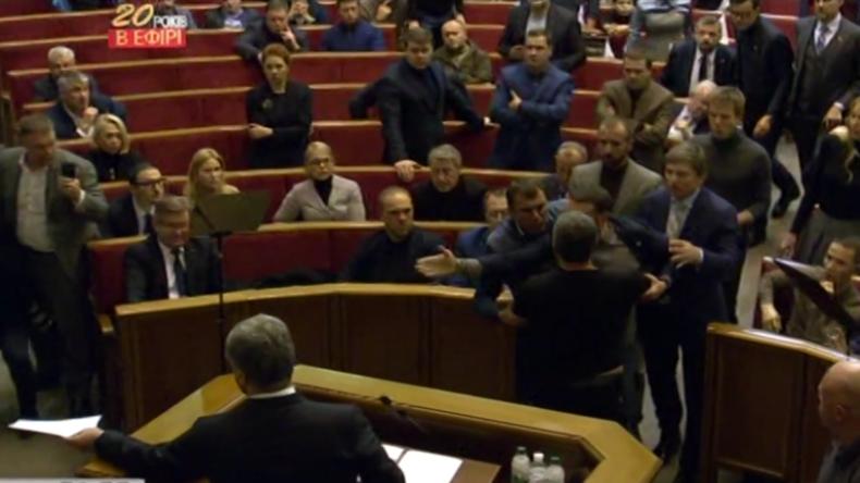 Ukraine: Im Parlament brechen Tumulte aus, als das Kriegsrecht verabschiedet wird
