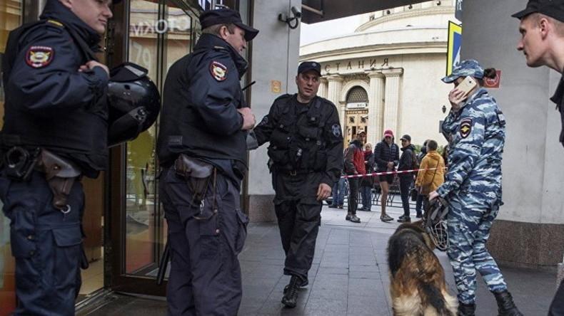 Moskau: Tausende Menschen aus 10 Einkaufszentren wegen Bombendrohung evakuiert (Bilder, Video)