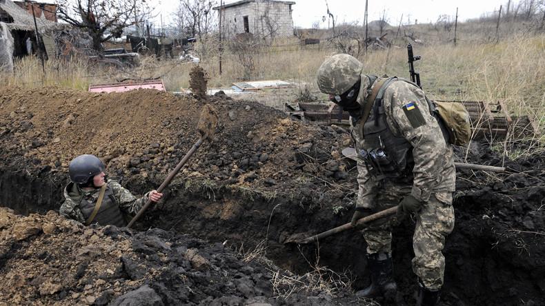 Ukrainische Kinder heben Schützengräben aus