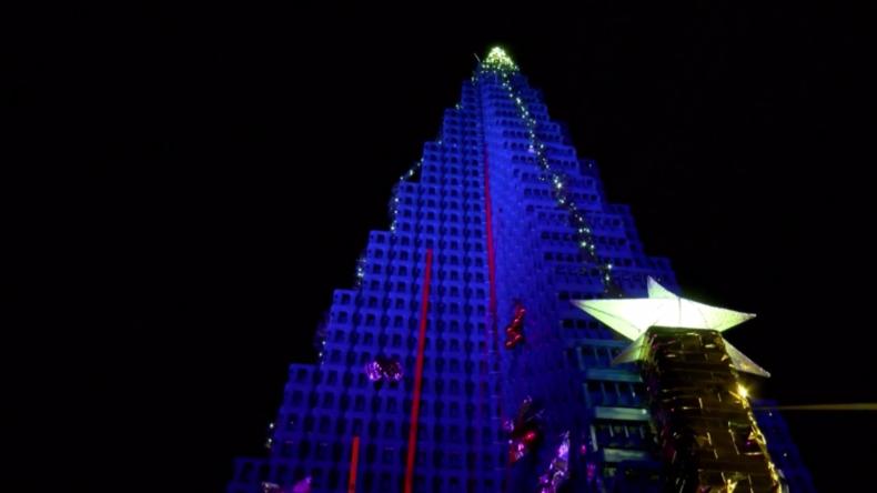 Gera: Weltgrößter Weihnachtsbaum aus Getränkekisten aufgestellt