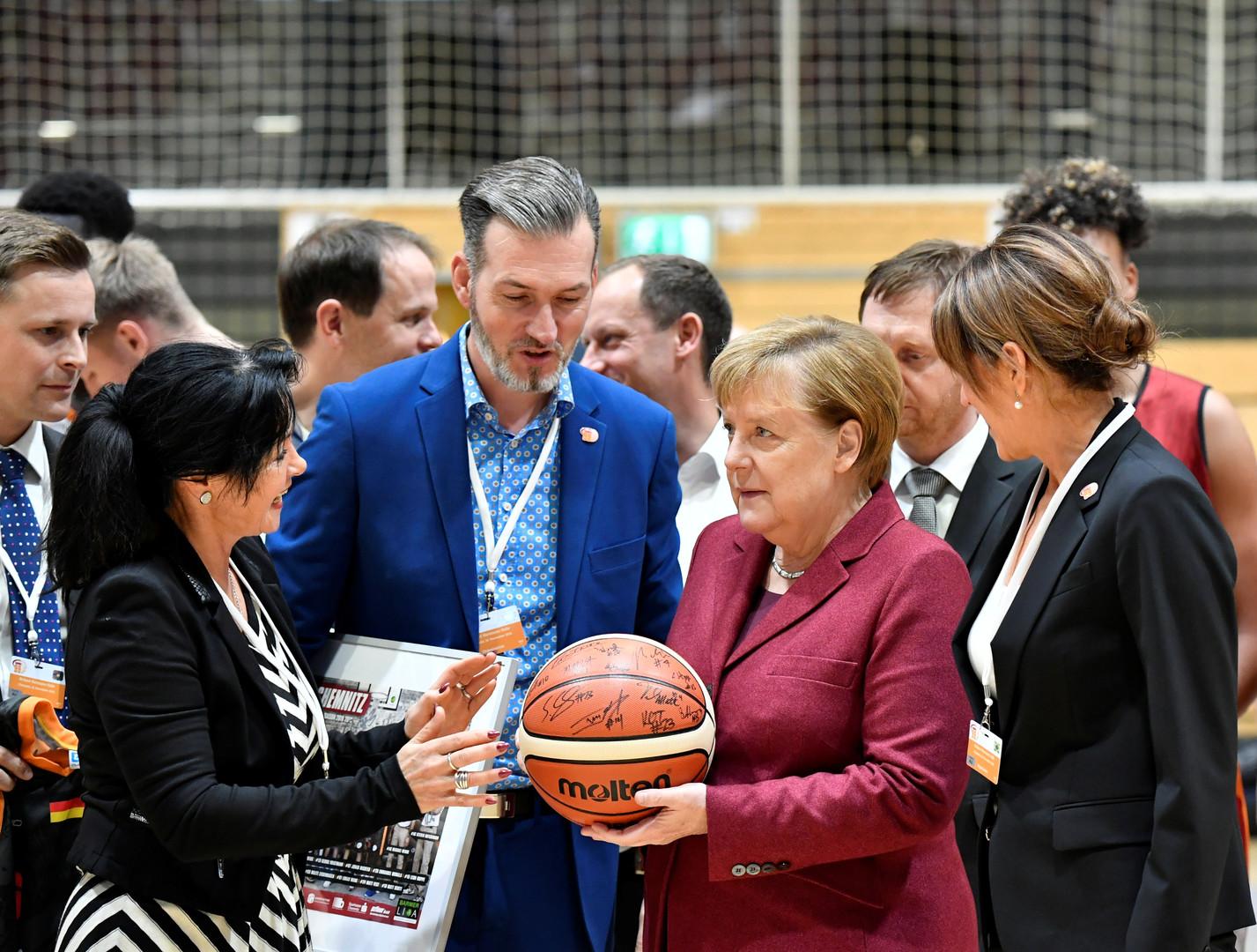 Mit leichter Verspätung: Drei Monate nach tödlicher Messerattacke besucht Kanzlerin Merkel Chemnitz