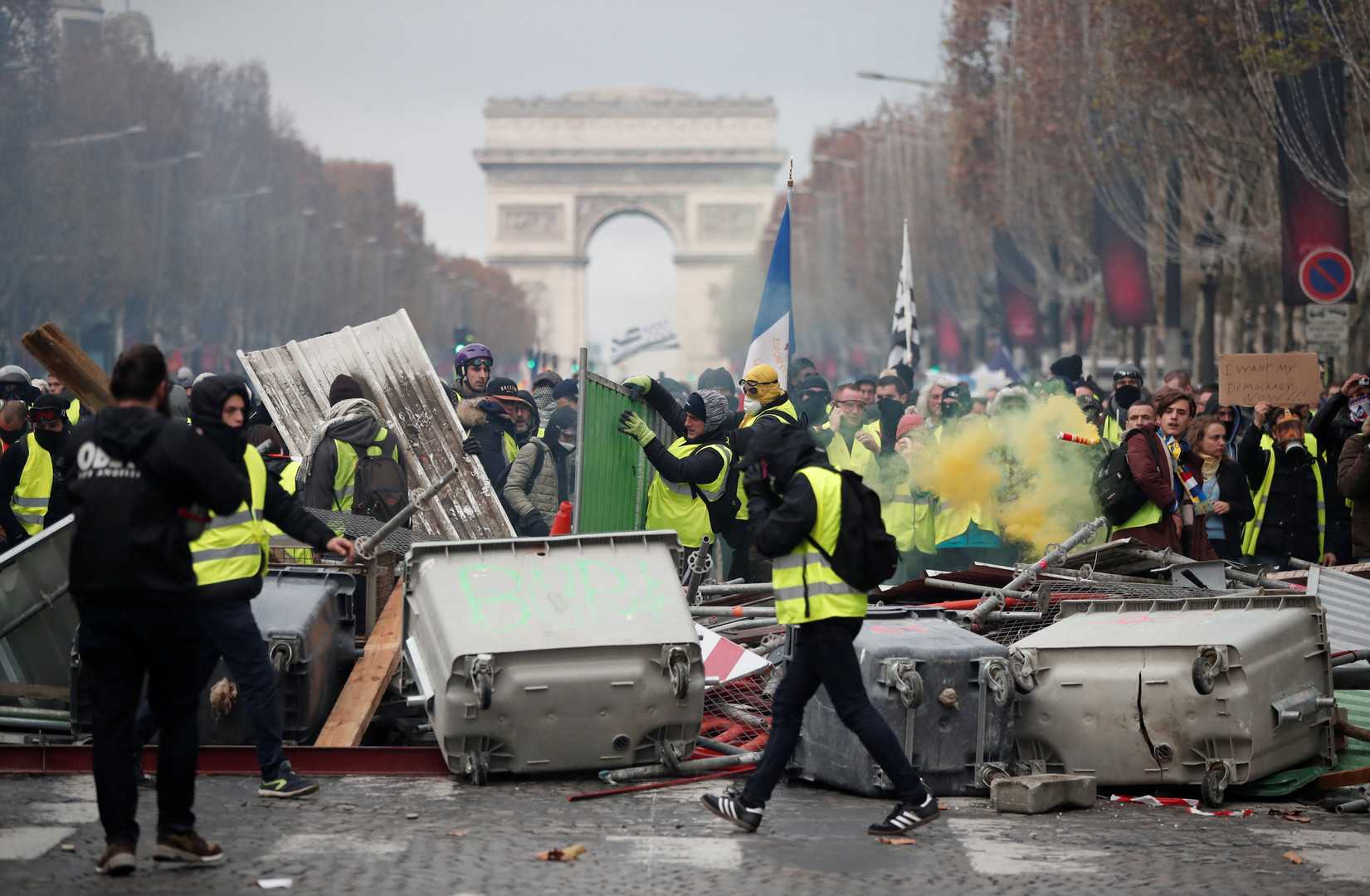 Ausschreitungen bei Protesten der Gelbwesten in Paris: RT-Reporterin verletzt (Bilder)