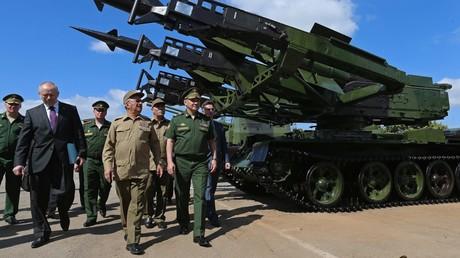 Der russische Verteidigungsminister Sergej Schoigu (rechts) und der kubanische Minister der revolutionären Streitkräfte, General Leopoldo Cintra Frías (links neben ihm), besuchen eine Panzerabteilung der revolutionären Streitkräfte der Republik Kuba, Havanna Oktober 2015