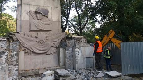 Letztes sowjetisches Kriegerdenkmal in Warschau demoliert – Warschauer bringen dennoch Grablichter. (Abriss des Dankbarkeitsdenkmals für die Rote Armee im Skaryszewski-Park in Warschau im Oktober 2018)