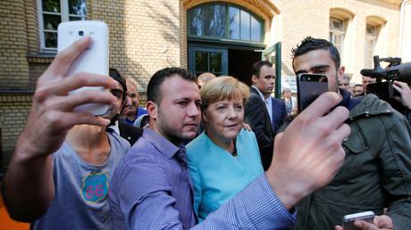 Verdammt lang her: Merkel beim Selfie-Schießen mit Flüchtlingen im September 2015.