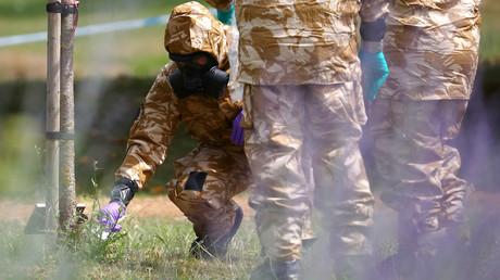 Salisbury: Ermittler in Schutzanzügen sichern im Queen Elizabeth Gardens-Park einen Gegenstand. (19. Juli)