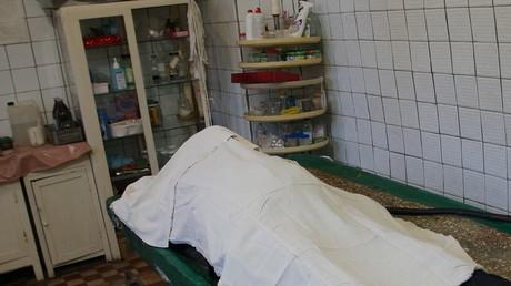 Mann taucht nach seinem eigenen Begräbnis wieder auf – Angehörige verklagen Gerichtsmediziner (Symbolbild)