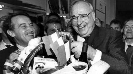 Helmut Kohl mit einem Präsentkorb im Oktober 1989