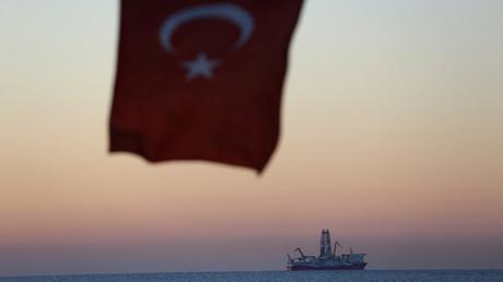 Die türkische Nationalflagge und das Bohrschiff Fatih vor Antalya, 30. Oktober 2018.