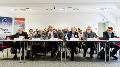 Prof. Dr. Raimund Krämer (Vorstandsmitglied der RLS Brandenburg, Chefredakteur der Zeitschrift WeltTrends) eröffnet die Konferenz. Neben ihm: Arne Seifert, Peter Steglich (beide  Botschafter a.D.), Hans Misselwitz (Staatssekretär a.D.), Prof. Lutz Kleinwächter, Wladimir Fomenko (RLS-Büro Moskau)