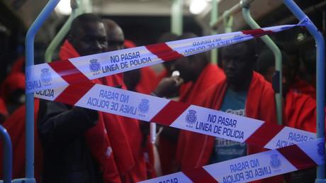 Migranten, die vor der Küste im Mittelmeer abgefangen wurden, werden in einem Bus transportiert, Oktober 2018 im südspanischen Hafen von Malaga.
