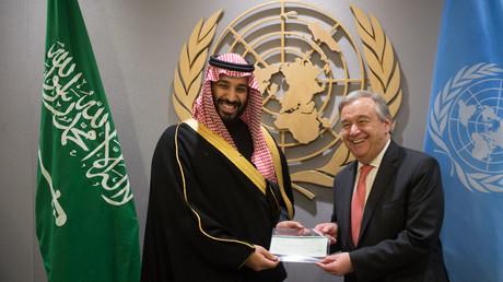 Der saudische Kronprinz Mohammed bin Salman übergibt UN-Generalsekretär Antonio Guterres einen Scheck über 930 Millionen US-Dollar für Hilfsgüter an den Jemen.