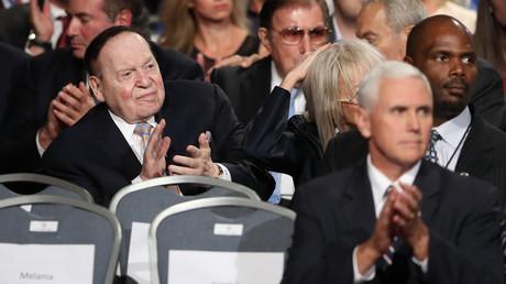 Der Kasino Mogul Sheldon Adelson und seine Frau Miriam Ochsorn sitzen bei den Fernsehdebatten der damaligen Präsidentschaftskandidaten Donald Trump und Hillary Clinton ganz nah an Trumps Lager.