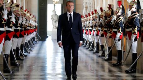 Der französische Präsident Emmanuel Macron schreitet durch die Galerie des Bustes, um in den Plenarsaal des Versailler Palastes zu gelangen,  9. Juli 2018.
