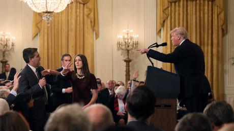 Zur Sache, Schätzchen? Acosta und Trump in der Pressekonferenz.