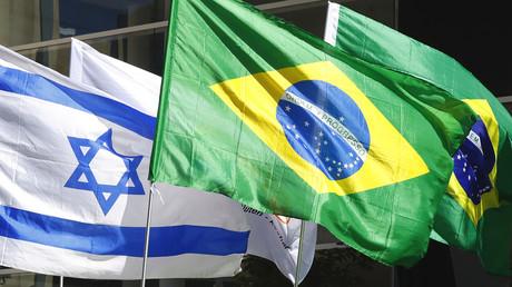 Israelische und brasilianische Flaggen vor dem Gebäude mit den Büros der brasilianischen Botschaft in der israelischen Stadt Tel Aviv.