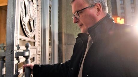 Der Botschafter Österreichs Johannes Eigner öffnet die Tür des Außenminisiteriums am Smolenskaja Ploschad in Moskau am 9. November 2018.
