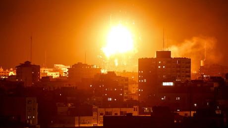 Ein Foto vom 12. November 2018 zeigt einen Feuerball über dem Gebäude des von der Hamas betriebenen Fernsehsenders al-Aqsa TV im Gazastreifen während eines israelischen Luftangriffs.
