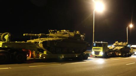 Ein Konvoi von israelischen Panzern.