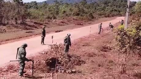 Mission russischer Sprengmeister in Laos: US-Blindgänger räumen und es den Einheimischen beibringen (Angehörige russischer Pioniertruppen vom Internationalen Zentrum für Minenräumung der Streitkräfte der Russischen Föderation bei der Kampfmittelräumung in Laos)
