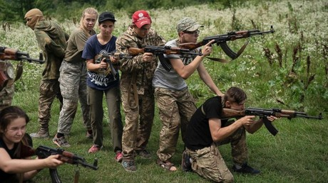 Jugendliche im Indoktrinationscamp in der Ukraine wird nicht nur der Umgang an der Waffe, sondern auch Hass beigebracht.