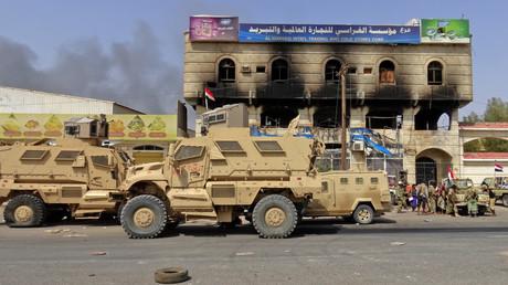 Pro-saudische Kräfte sammeln sich am östlichen Stadtrand von Hodeidah, während sie am 8. November 2018 mit Huthi-Rebellen um die Kontrolle der Stadt kämpfen.