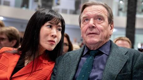 Soyeon Schröder-Kim und Ex-Bundeskanzler Gerhard Schröder am 5. November 2018 in Berlin. Seit dem 8. November wird Schröder auf einer Liste als