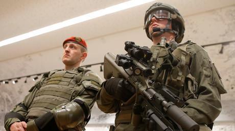 Österreichische Soldaten bei der Vorstellung neuer Ausrüstung im März 2017