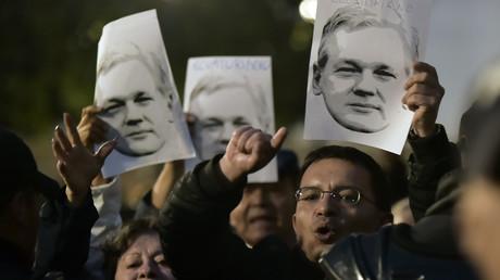 Unterstützer des ehemaligen ecuadorianischen Präsidenten Rafael Correa nehmen an einer Demonstration vor dem Präsidentenpalast Carondelet in Quito teil, um ihre Unterstützung für den Gründer von WikiLeaks zu zeigen.