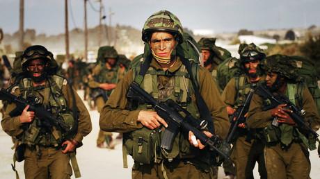 Auf diesem am 12. Januar 2009 von der Israelischen Armee (IDF) veröffentlichten Bild sehen Sie israelische Reservekräfte, die in den Gazastreifen eindringen.