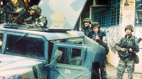 US-Truppen nehmen während der Invasion Panamas Positionen außerhalb des Außenministeriums ein.