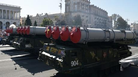 OSZE: Ukraine verletzt Minsker Abkommen und bringt im Donbass S-300-Luftabwehrraketen in Stellung (Archivbild: S-300-Abschussfahrzeuge der ukrainischen Streitkräfte in Kiew auf einer Parade zum Unabhängigkeitstag der Ukraine am 24.08.2018)