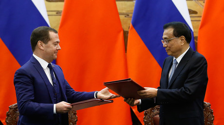 Der russische Premierminister Dmitri Medwedew (L) und der chinesische Premierminister Li Keqiang am 7. November 2018 bei einer feierlichen Unterzeichnung im Großen Saal des Volkes in Peking.