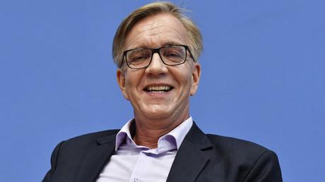 Der Kovorsitzende der Linksfraktion Dietmar Bartsch fordert in der politisch an Fahrt aufnehmenden Debatte um das Hartz IV-System in Deutschland einen