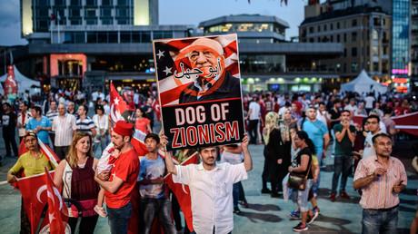 Ein Pro-Erdoğan-Demonstrant hält in Istanbul nach dem Putschversuch ein Plakat mit dem in den USA lebenden Fethullah Gülen in die Luft, das diesen als