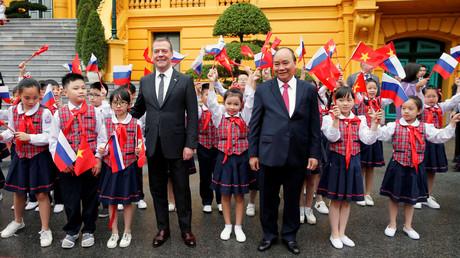 Der russische Premierminister Dmitri Medwedew mit seinem vietnamesischen Amtskollegen Nguyen Xuan Phuc.